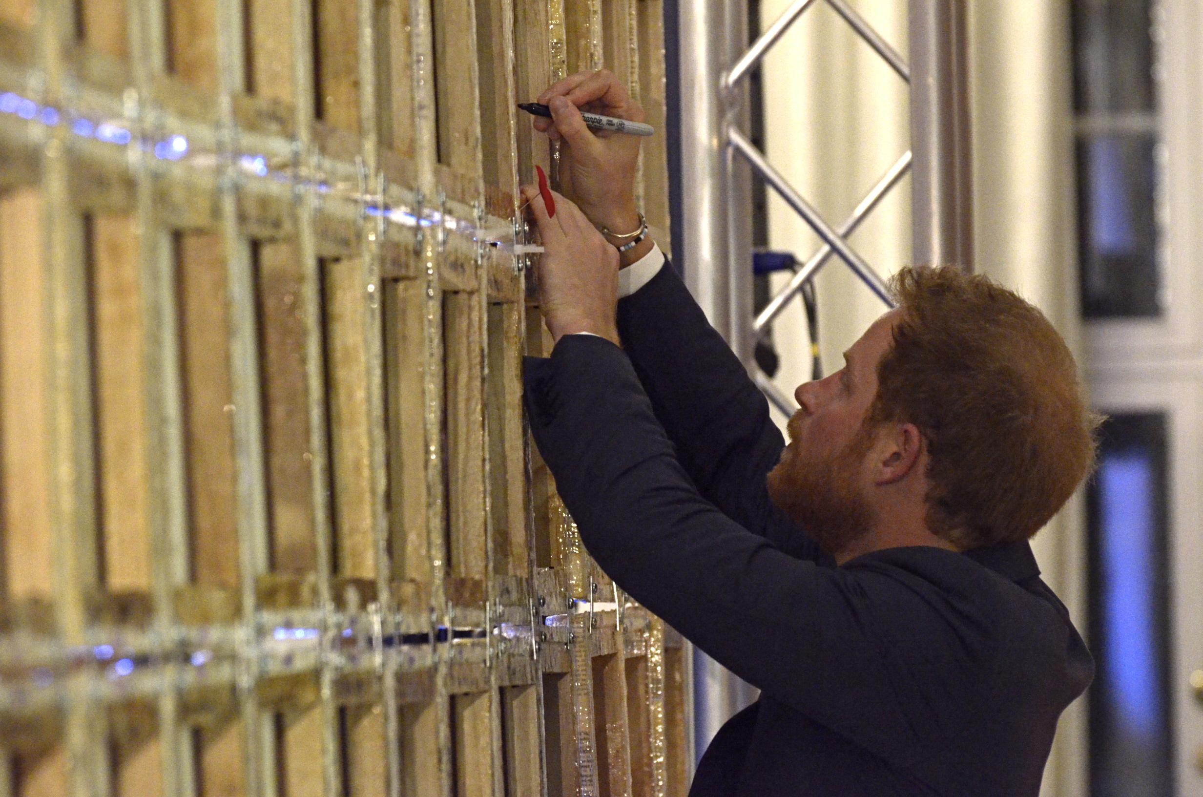 Prince Harry signs lestweforgetCANADA mural November 11, 2015